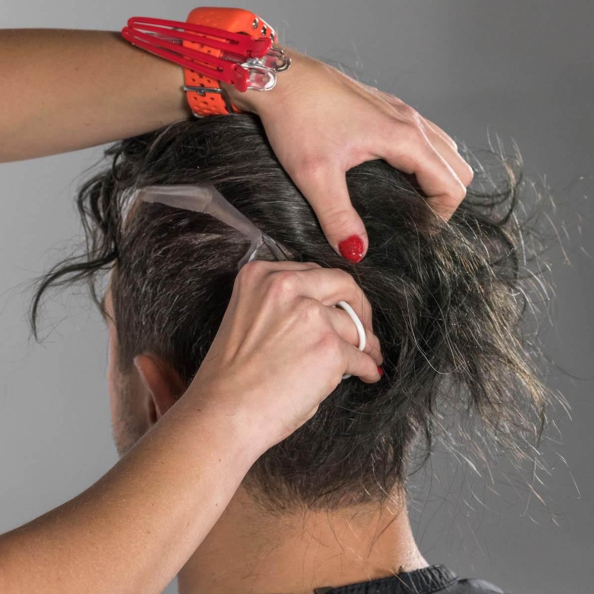 Millimetergenauer Zuschnitt des Haarteils, Entfernung des überschüssigen Randes