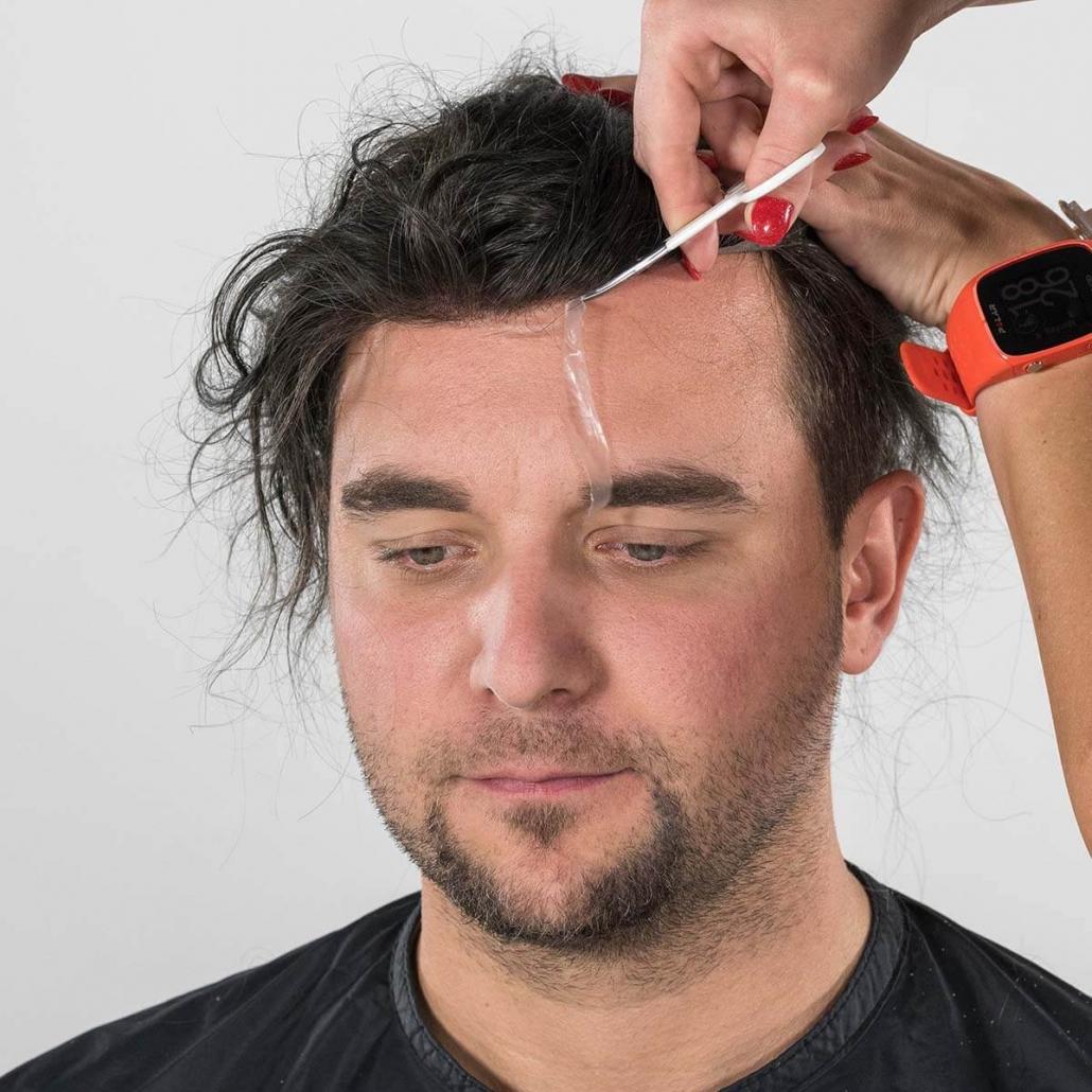 Perfekter Zuschnitt des Haaransatzes, millimetergenaue Anpassung des Toupets