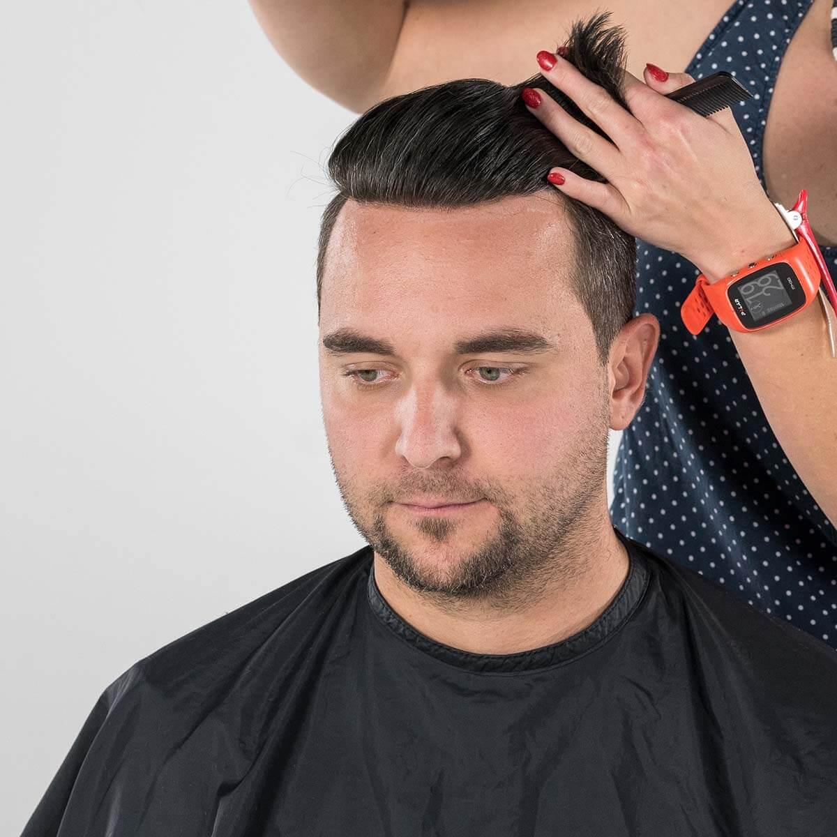 Schnitt und Styling des Haarteils (100% Echthaar)